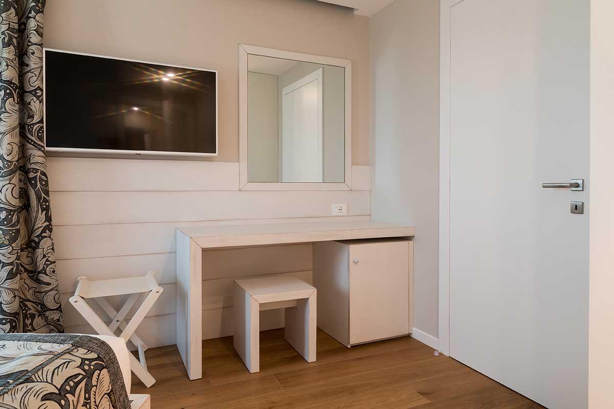 Camera laccata bianco con angolo scrivania
